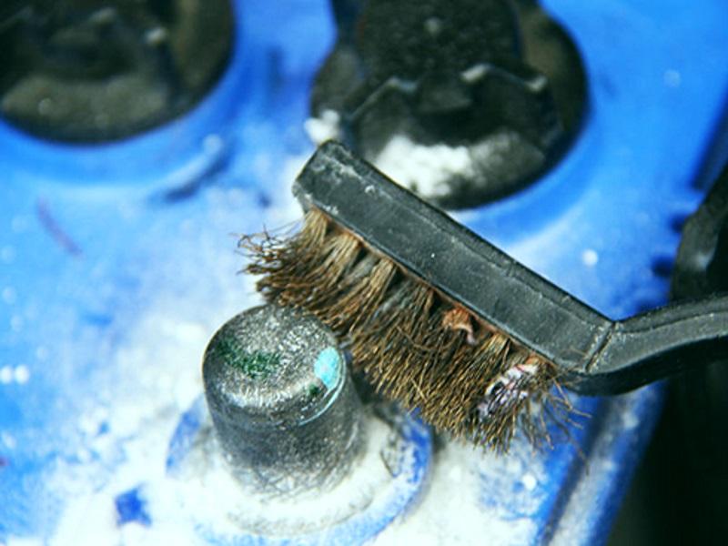 чистка аккумулятора железной щеткой